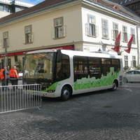 Bemutató busz érkezett a Kapisztrán térre