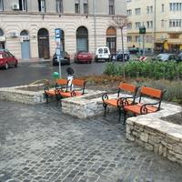 Visszakerültek a székek a Mária térre, pótolták a hiányzó hulladékgyűjtőket