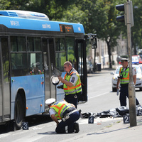 Két gyalogost is elgázolt a 105-ös busz