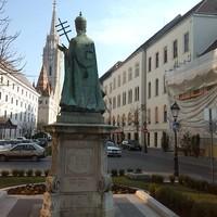 Díszvilágítást kapott XI. Ince pápa szobra