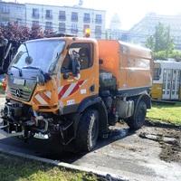 Villamos és úttisztító gépkocsi karambolozott a Dózsa térnél
