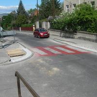 Átépítés miatt útszűkület nehezíti a közlekedést az Avar utca - Alsóhegy út kereszteződésénél