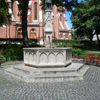 Víziváros:  Víztakarékossá alakították a Pecz Samu kutat, automata öntözőrendszer biztosítja a Szilágyi D. tér és a Corvin tér öntözését