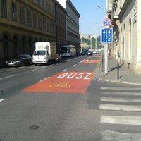Újabb busz- és kerékpársáv figyelemfelhívó piros burkolatjelekkel