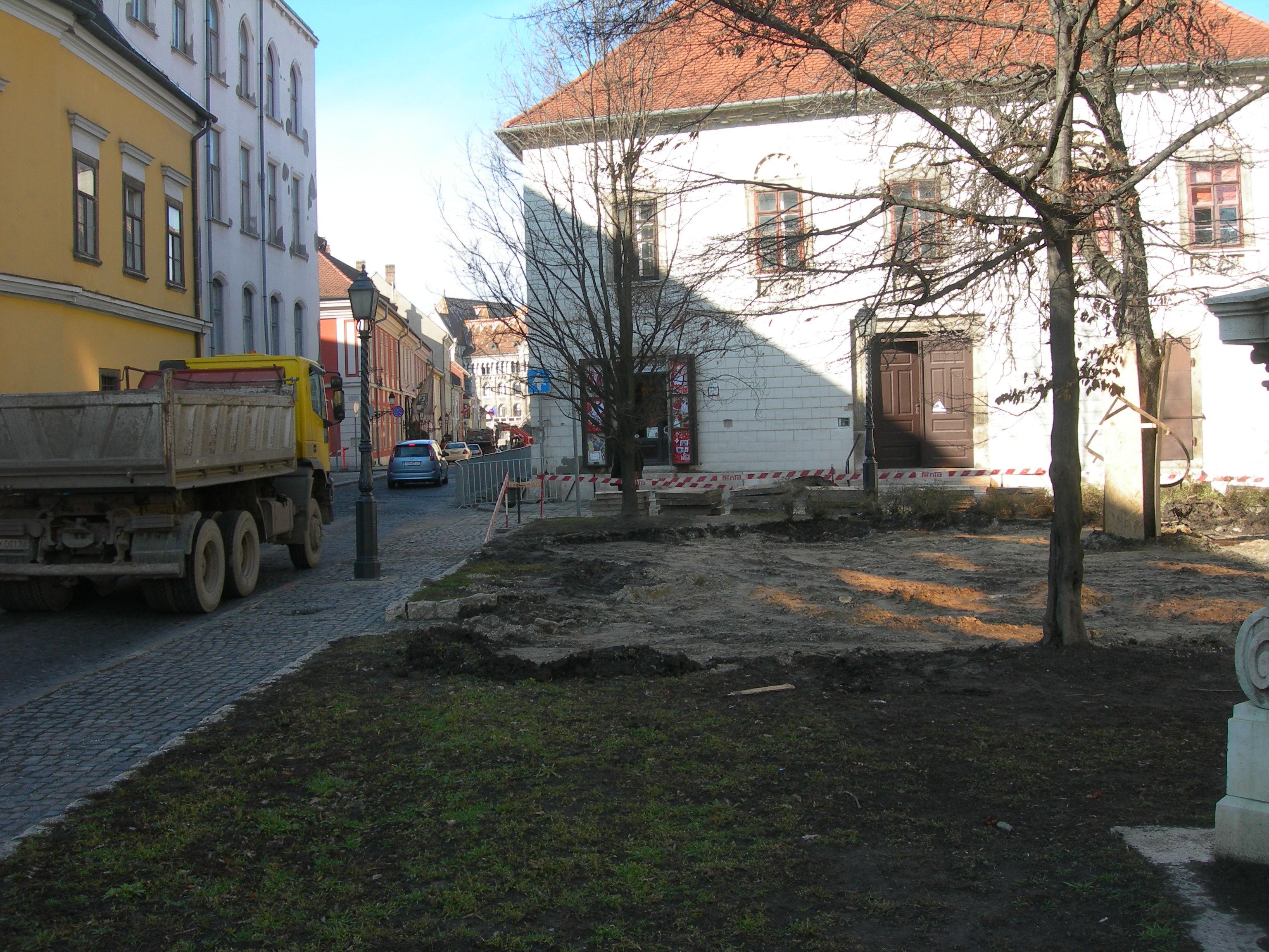 Hess András tér, bontják a parkot