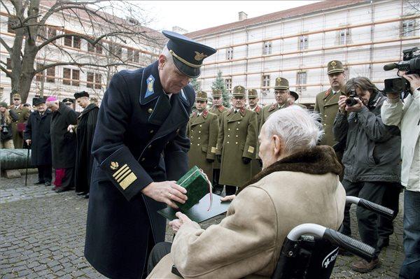 Orosz Zoltán altábornagy, vezérkarifőnök-helyettes emléktárgyat ad át Smohay Ferenc doni veteránnak a doni áttörés 72. évfordulóján rendezett megemlékezésen Budapesten, a HM Hadtörténeti Intézet és Múzeum udvarán 2015. január 12-én.