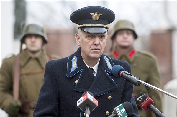 Orosz Zoltán altábornagy, vezérkarifőnök-helyettes beszédet mond a doni áttörés 72. évfordulóján rendezett megemlékezésen Budapesten, a HM Hadtörténeti Intézet és Múzeum udvarán