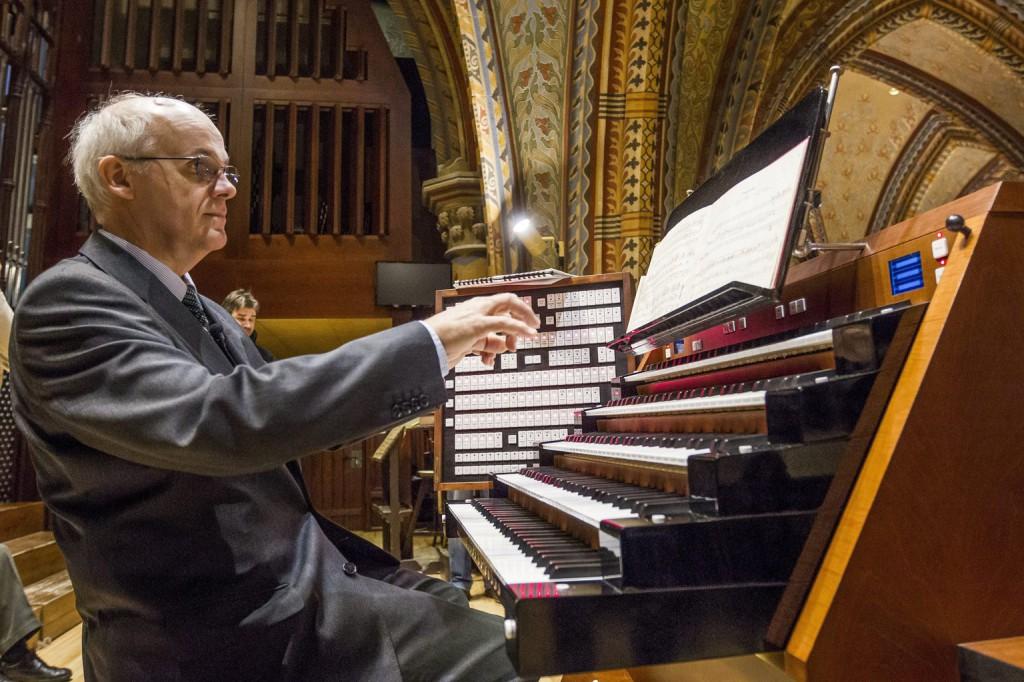 Hock Bertalan orgonaművész a budavári Mátyás-templom felújított orgonájának bemutatása alkalmából tartott sajtótájékoztatón