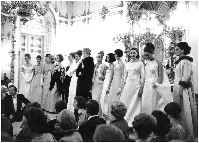 catwalk-show-at-palazzo-pittis-sala-bianca-firenze-1964-archivio-veneziani_fromthebygone_blog.jpg