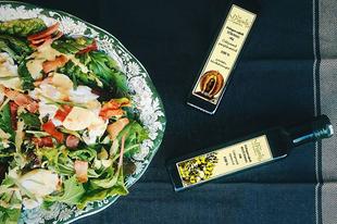 Egyszerű saláta (levelek, buggyantott tojás, angolszalonna pirítva) repceolajos vinaigrette-tel és tökmagolajjal bolondítva | Simple salad with rape seed oil vinaigrette and pumpkin seed oil #coldpressedoils #grapoila #salad