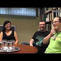 Beszélgetés a könyvtárban