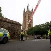 Autó hajtott a Westminster kordonjának