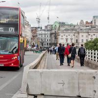 Betonakadályokat építenek a londoni hidakra
