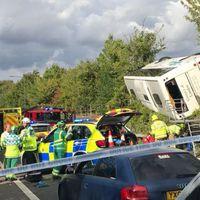 Felborult egy busz az M25-ösön, 41 sérültről tudni