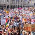 Tízezrek tüntetnek Trump ellen Londonban
