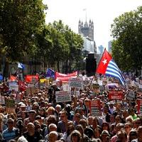 Ezrek tüntetnek a parlament felfüggesztése ellen