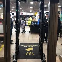Fémdetektoros kapukkal szerelik fel a McDonald's éttermeket