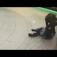 Durván bántalmaztak egy magyar hajléktalant a Savoy előtt