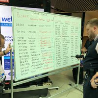 Kézzel írják ki az indulási időt a Gatwick repülőtéren
