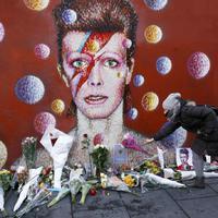 Százak róják le kegyeletüket David Bowie előtt