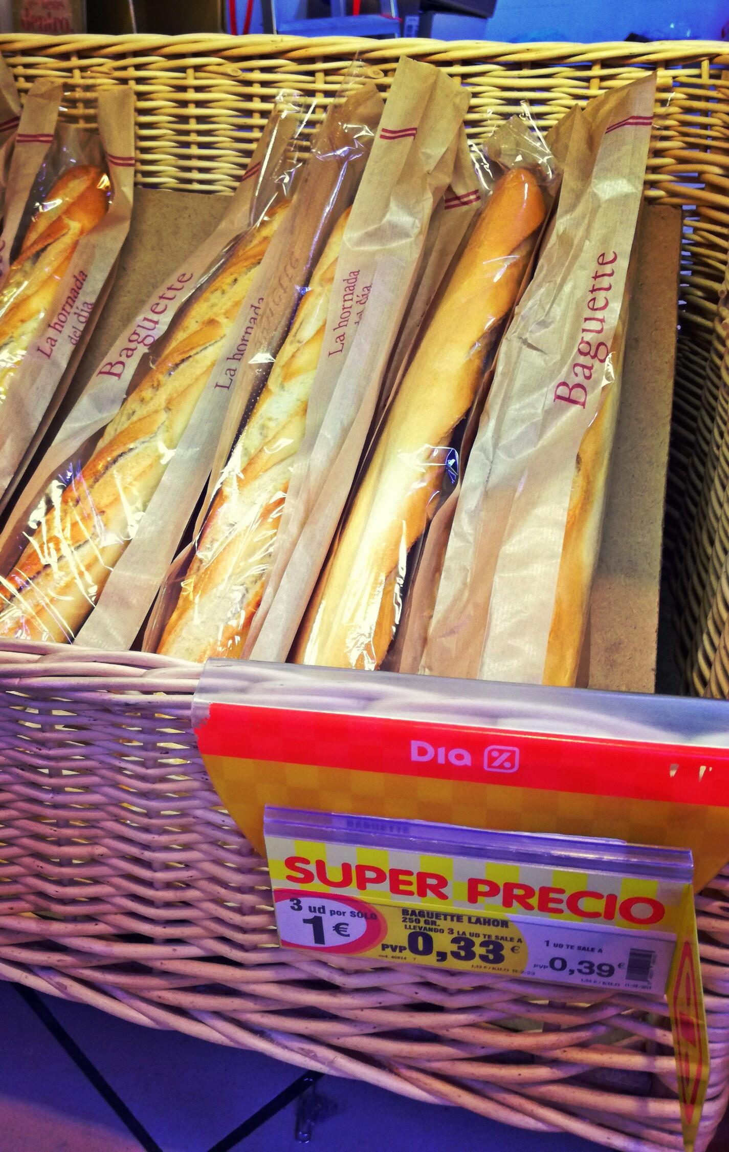 A baugette-k között sokféle van sokféle áron, a legolcsóbb ez a fajta, 30 cent körül van. 2 egész korrekt szendvicset ki lehet belőle hozni.