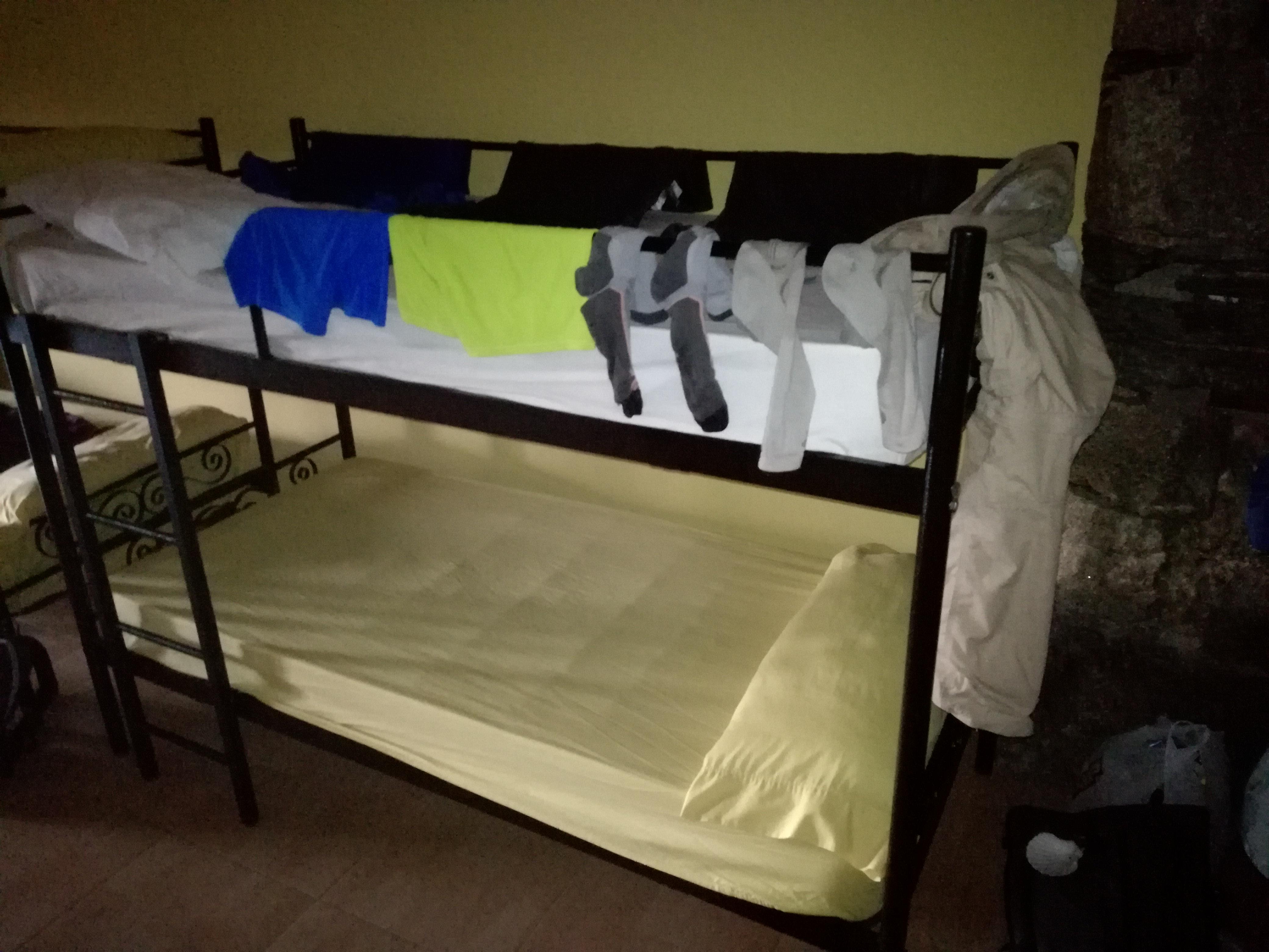 Teregetni az ágy szélére is lehet. Itt sem árt a biztostótű, mert alvás közben leverhetjük a ruhákat.