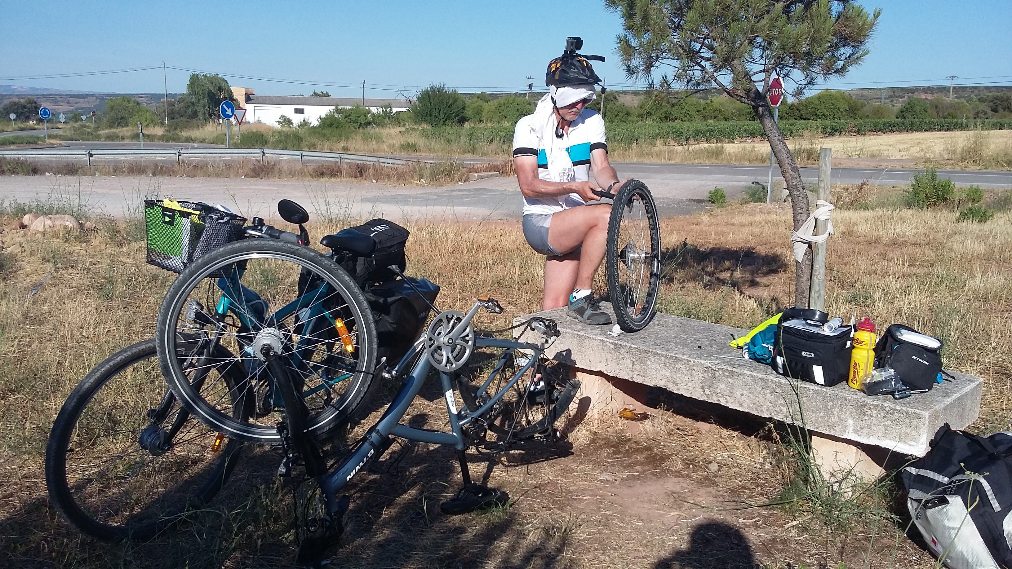 A biciklisek rémálma. Defekt 41 fokban.