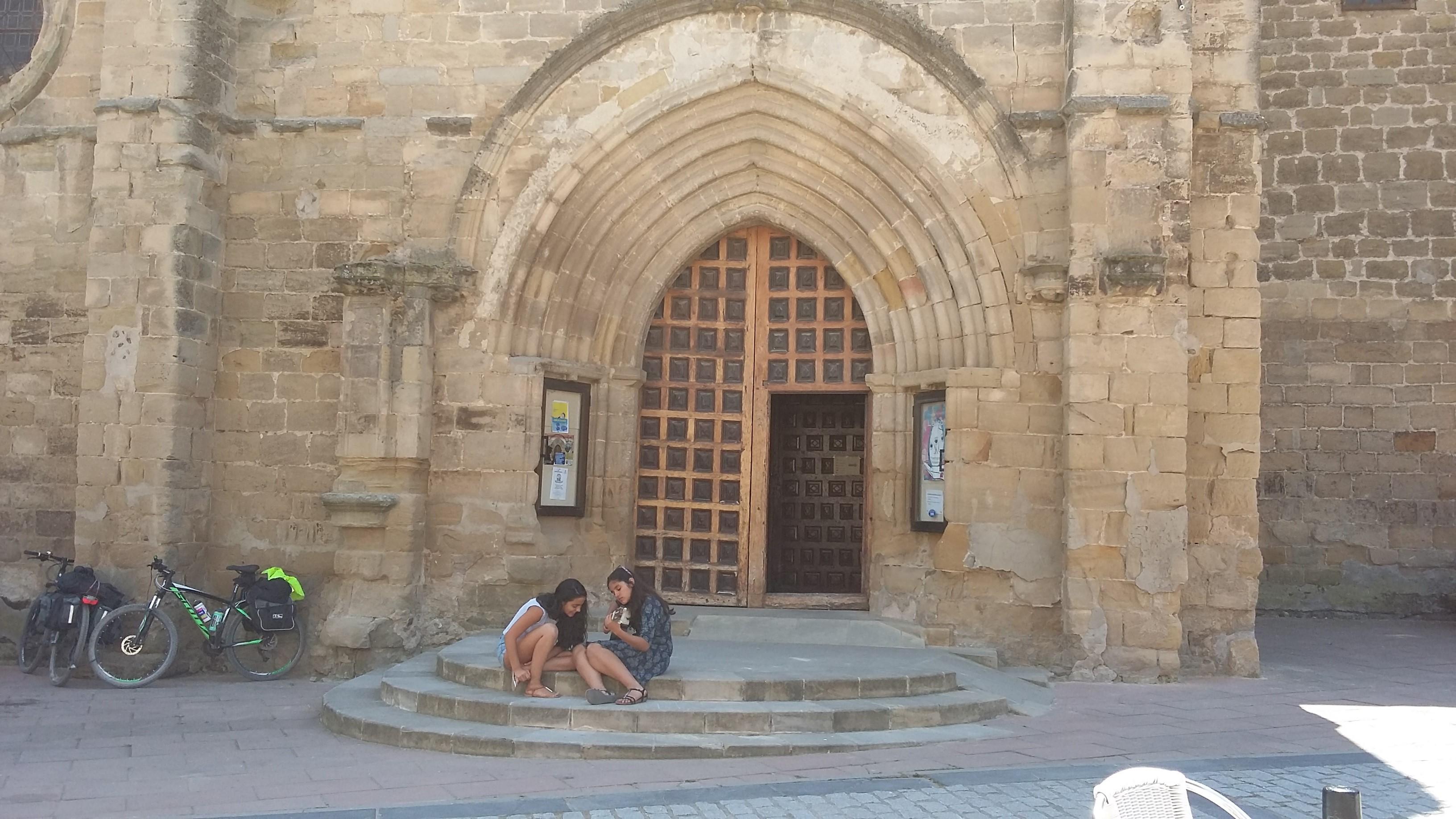 Granón. A templom kapujában gitározni tanuló lányok.