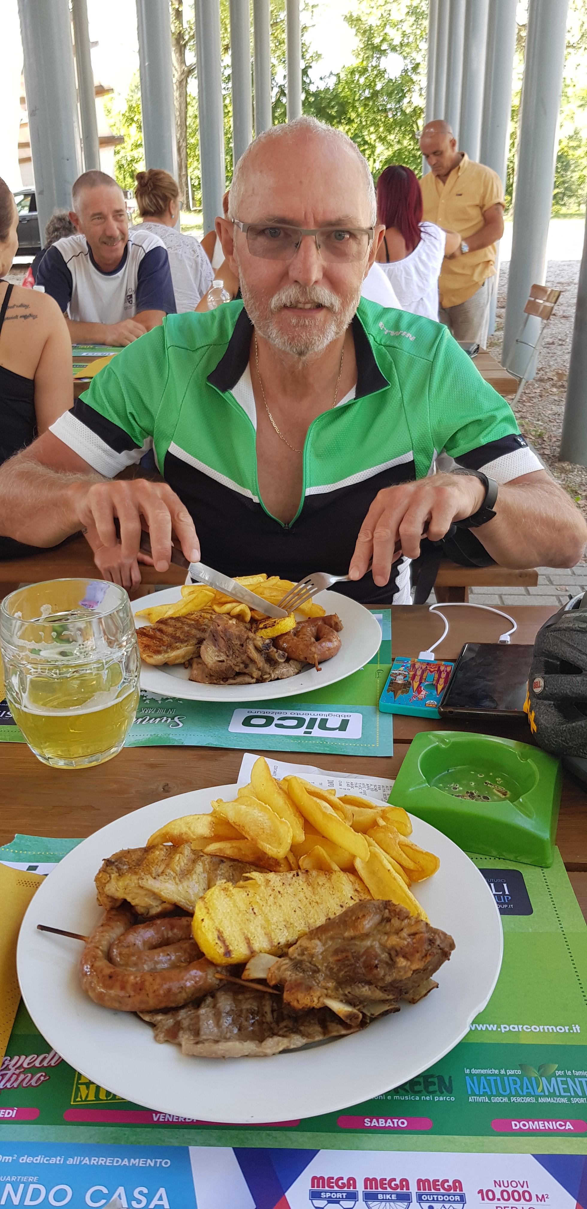 Ebéd Udine parkjában az ünnepi grillparty