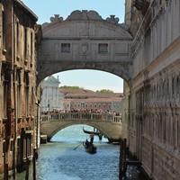 Városok, ahol megőrülnek a turistáktól
