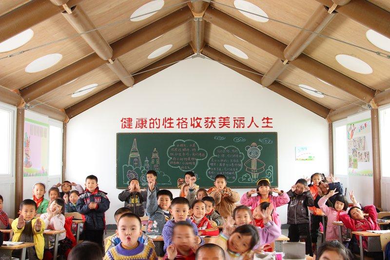 2008-as chengdui földrengés után iskolaépület kartonból