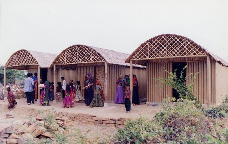 Kartonpapír házak Indiában, földrengés után