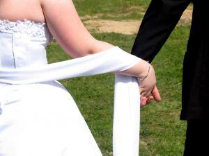 menyasszony-vőlegény kézen fogva.jpg
