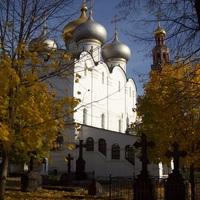 Novogyevicsij-kolostor - a székesegyház, őszi díszlettel