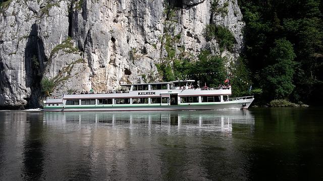 Hajózás a Dunán a sziklák mellett