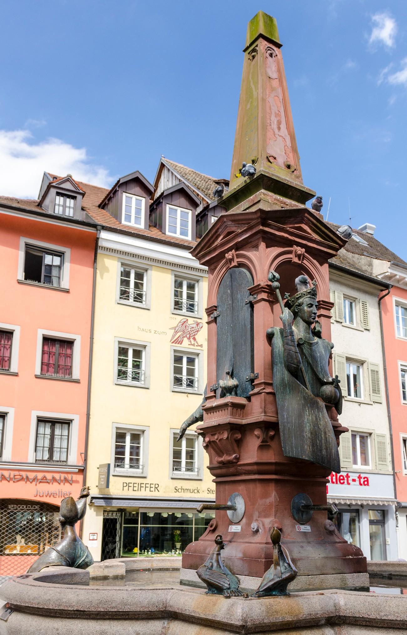 Szökőkűt az egyik téren, szintén szatirikus szobrokkal