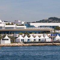 Bőrtalpú saru és gyémánt tűsarkú Cannes-ban