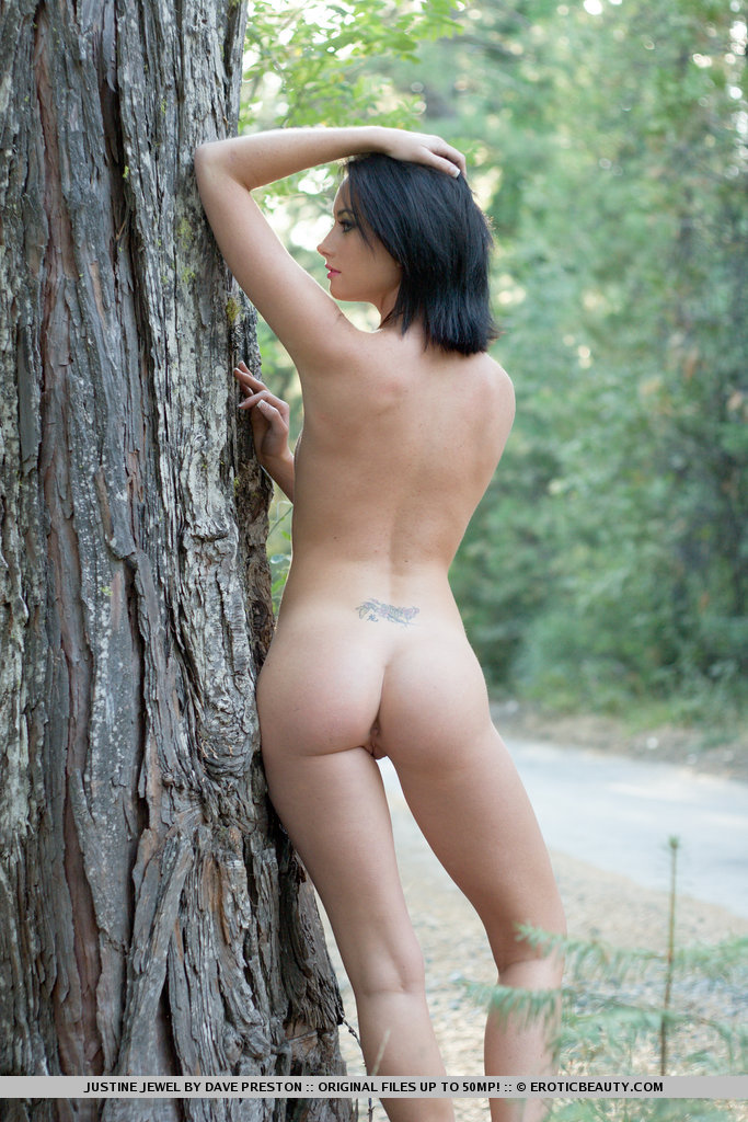 justine-jewel-naked-forest-09.jpg