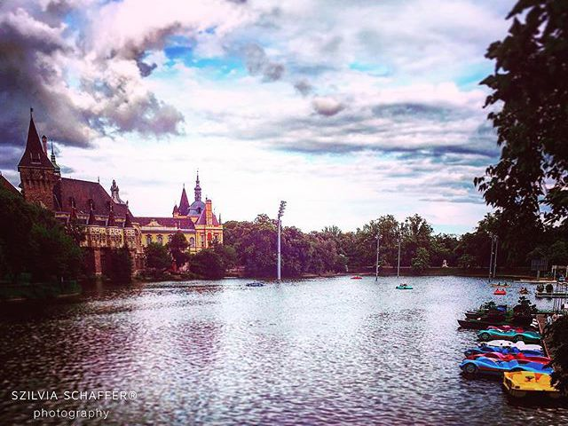 #travelblogger #travelphotography #vajdahunyadcastle #cloudlovers #history #oldtown #castle #hungary #capital #travelwithme #szilviaschafferphotography #carpediem