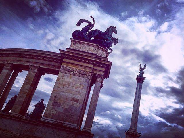 #herosquare #architecture #hystory #sculpture #hungariankings #europe #photoblogger #travelblogger #travelwithme #sky #cloudlovers #szilviaschafferphotography #carpediem