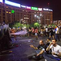 Könnygázzal támadtak a bukaresti békemenet ellentüntetőire