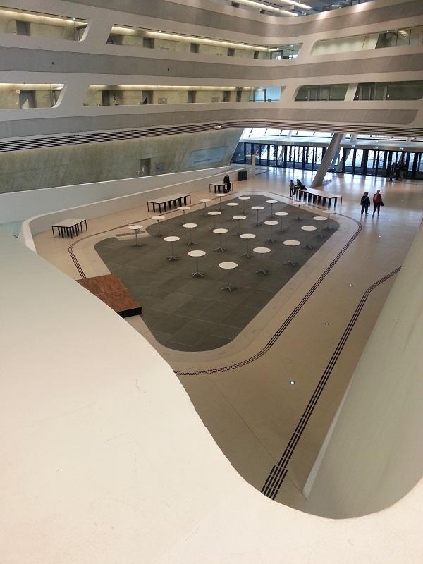 Óriási belső tér, akár egy hajó.