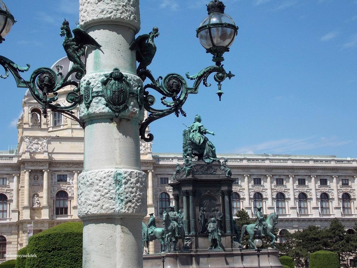 A Mária Terézia emlékmű mögött a Naturhistorsches Musem épülete