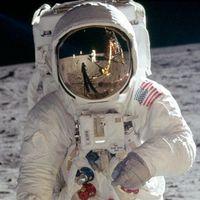 Michael Jackson él! A holdon lakik egy bázison. Lefényképezték!!!