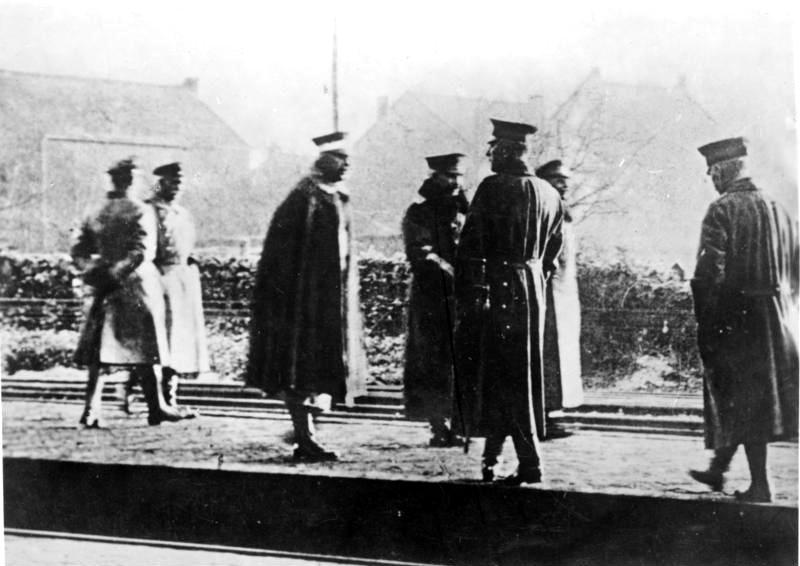 Bundesarchiv_Bild_183-R12318,_Eysden,_Kaiser_Wilhelm_II._auf_Weg_ins_Exil.jpg