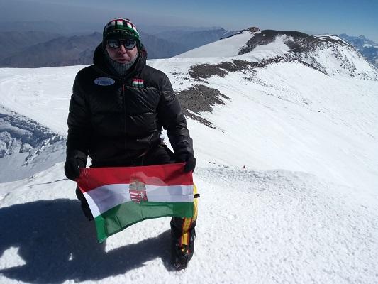elbrus-summit-hunflag.jpg