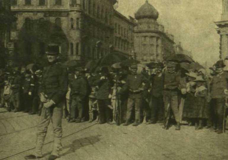 katonai_kordon_a_parisi_aruhaz_elott_1903-keptar_oszk_hu.jpg