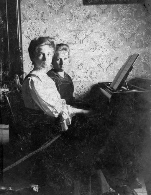 lanyok_a_zongoranal_1904-fortepan_hu.jpg