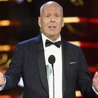 Ma végre megnézhetjük, hogyan égetik szénné Bruce Willis-t!