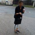 A SzeVi munkatársával kapartatták le a TESZ matricáját a járdaépítésről szóló tábláról
